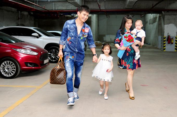 Lâm Hùng hiếm hoi xuất hiện bên vợ và hai con. Trước đây anh thường phải đi vềgiữa Đà lạt và TP HCM để vừa tranh thủ ở bên vợ con vừa chạy show ca hát.