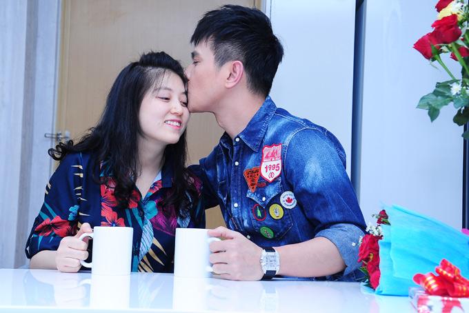 Lâm Hùng tình cảm hôn trán bà xã Khánh Ngọc. Anh biết ơn vợ vì cô luôn thông cảm cho công việc bận rộn đi sớm về hôm của chồng.