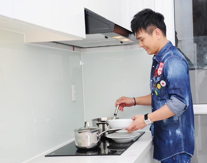 Lâm Hùng thích tự vào bếp nấu ăn khi rảnh rỗi.