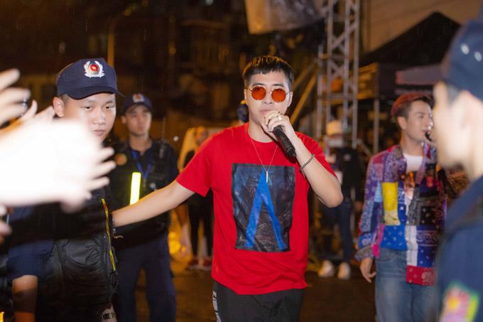 Only C và Lou Hoàng khiến khán giả hò hét không ngừng với các hit Quan trọng là thần thái, Đếm ngày xa em, Mình là gì của nhau.