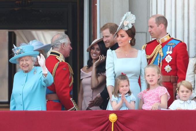 Vợ chồng Harry cùng các thành viên khác của hoàng gia Anh trên ban công. Ảnh: PA.