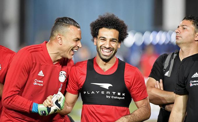 Chấn thương chân sút của Liverpool dường như đã hồi phục. Anh tươi cười cùng đồng đội trong buổi tập.