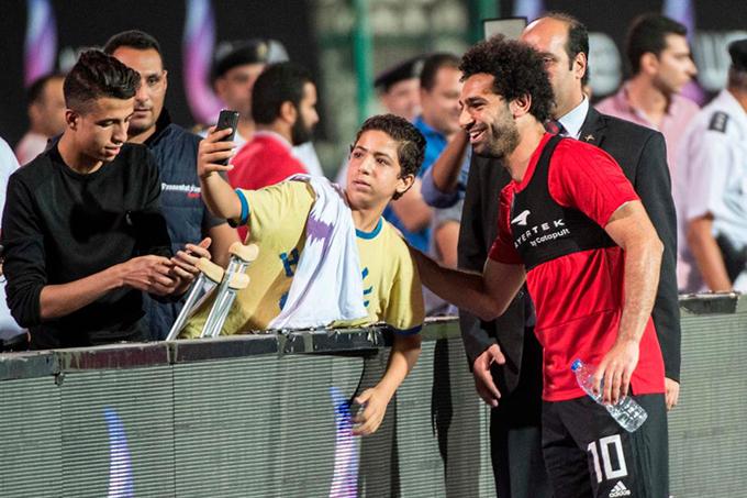Kết thúc buổi tập, Salah nhận được nhiều đề nghị chụp ảnh và tặng chữ ký.
