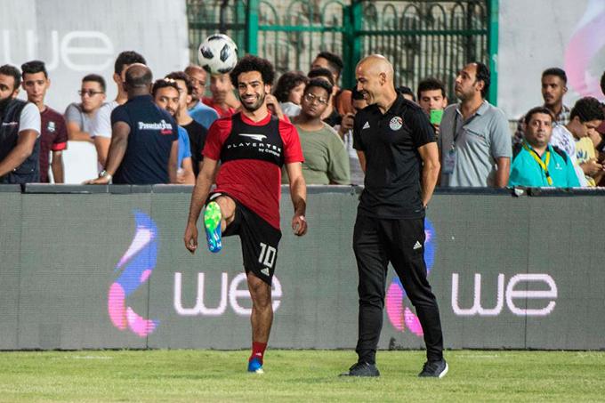 Hôm 10/6, tuyển Ai Cập tập luyện buổi cuối cùng ở thủ đô Cairo trước khi lên đường sang Nga dự World Cup 2018. Đây là buổi tập đầu tiên của Salah kể từ khi anh dính chấn thương trật khớp vai sau pha chơi tiểu xảo của Sergio Ramos ở trận chung kết Champions League hôm 26/5.