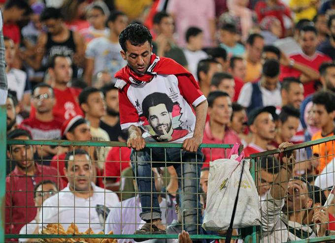 Một fan trèo giào với ý định tiếp cận ngôi sao tuyển Ai Cập.
