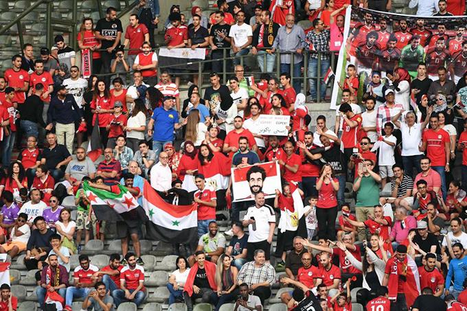 Rất đông fan đến sân xem buổi tập chỉ để được trông thấy Salah. Anh là niềm hy vọng số một của tuyển Ai Cập tại Worl Cup 2018.