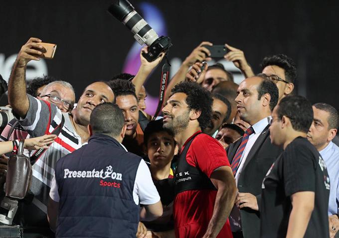 Một phóng viên ảnh cũng tranh thủ cơ hội chụp selfie với Salah.