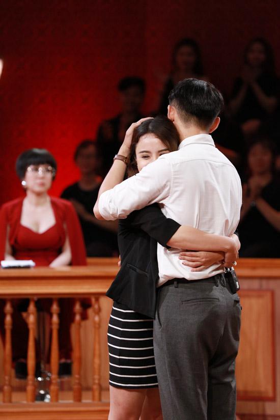 Cặp đôi ôm nhau tình cảm sau khi đã hóa giải mọi hiểu lầm.