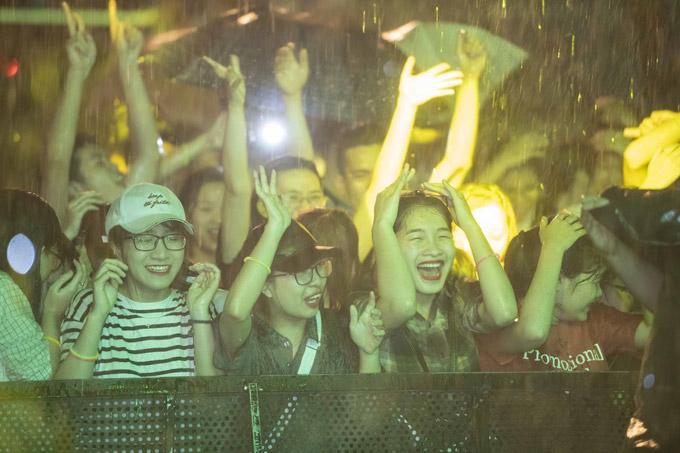 Khán giả trẻ Hà Nội cổ vũ cho các nghệ sĩ dưới cơn mưa nặng hạt.