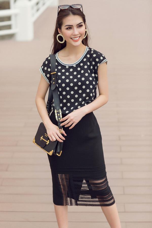 Chân váy bút chì trở nên mới lạ hơn nhờ cách kết hợp chất liệu ren xuyên thấu. Kết hợp cùng mẫu váy sexy là áo lụa dáng hạ hai.