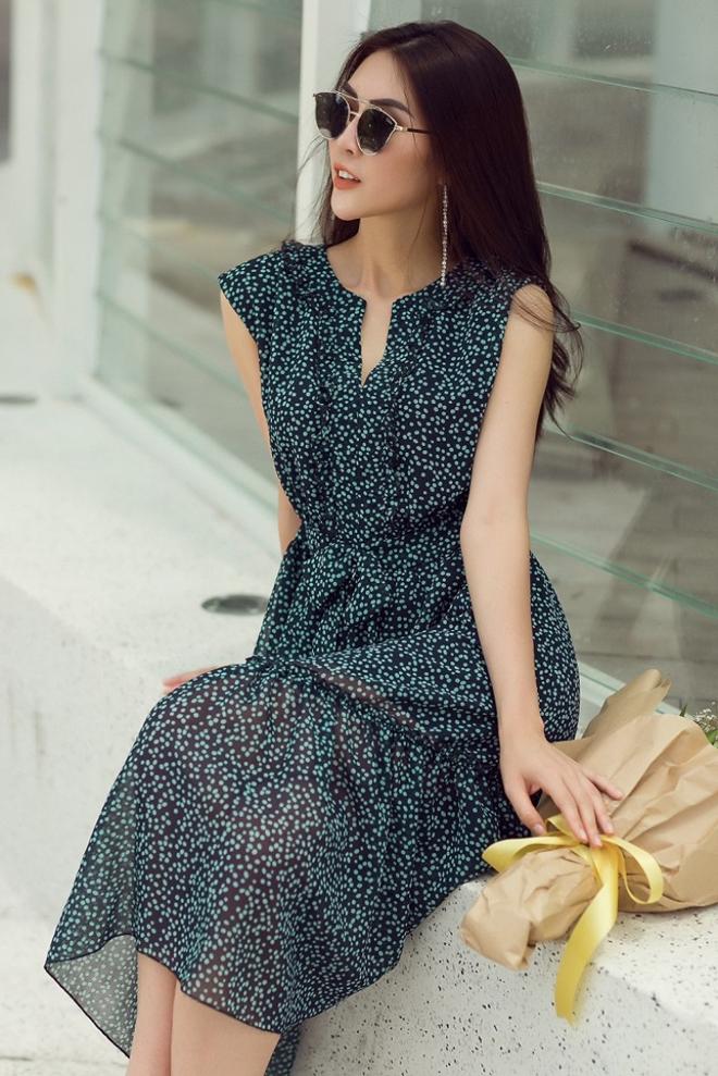 Kính mắt hợp mốt, hoa tai kiểu dáng ấn tượng được chọn để kết hợp cùng kiểu váy liền thân với đường xiết eo tôn nét gợi cảm.