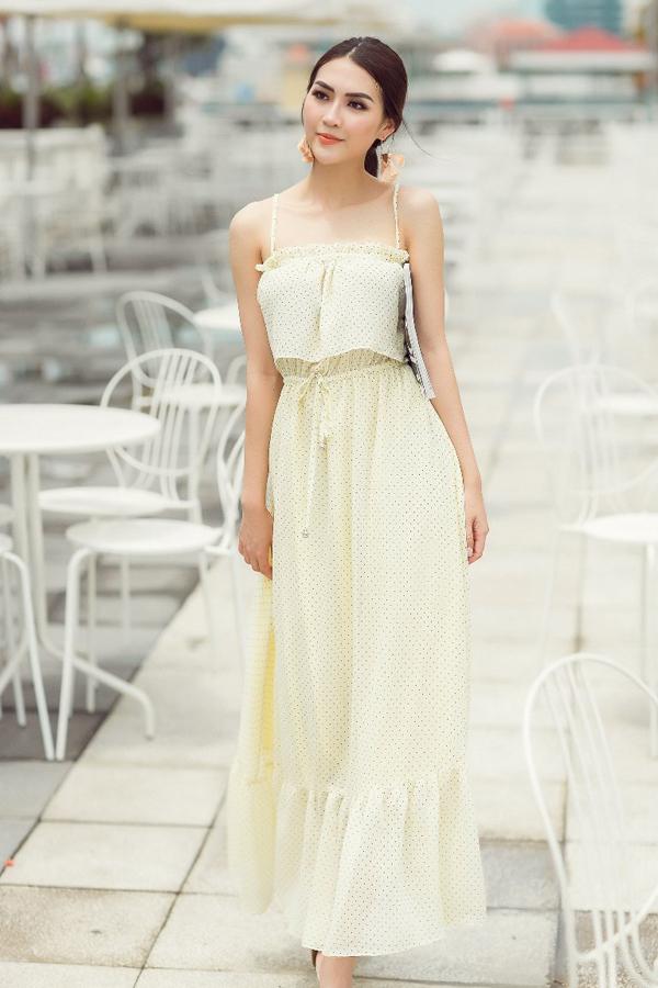 Đối với phong cách street style, Tường Linh lại chọn các kiểu váy maxi, váy hai dây giúp mình bay bổng khi xuống phố.