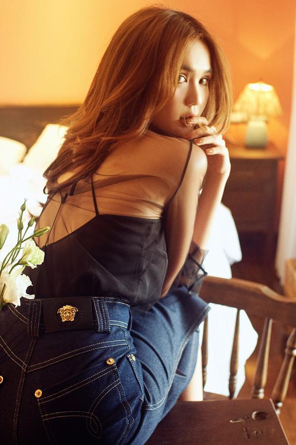Ngọc Trinh sành điệu với váy áo hàng hiệu. Từ một cô gái quê ở Trà Vinh lên Sài Gòn lập nghiệp, sau hơn 10 năm, nữ người mẫu đã trở thành tên tuổi hot trong làng giải trí, được nhiều nhãn hàng săn đón.
