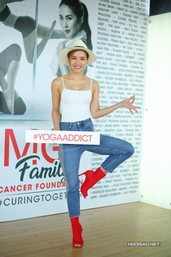Ca sĩ Phương Trinh Jolie lại đam mê tập yoga. Nhờ môn này, cô đã khỏi bệnh đau dạ dày, hết căng thẳng, mệt mỏi sau những ngày làm việc bận rộn.