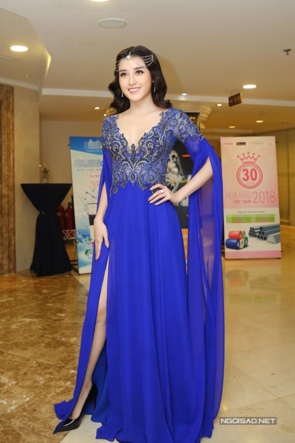 Á hậu Huyền My cũng chọn thiết kế của Lê Thanh Hòa xuất hiệnb tại sự kiện. Cô trang điểm và phối thêm phụ kiện tạo điểm nhấn.