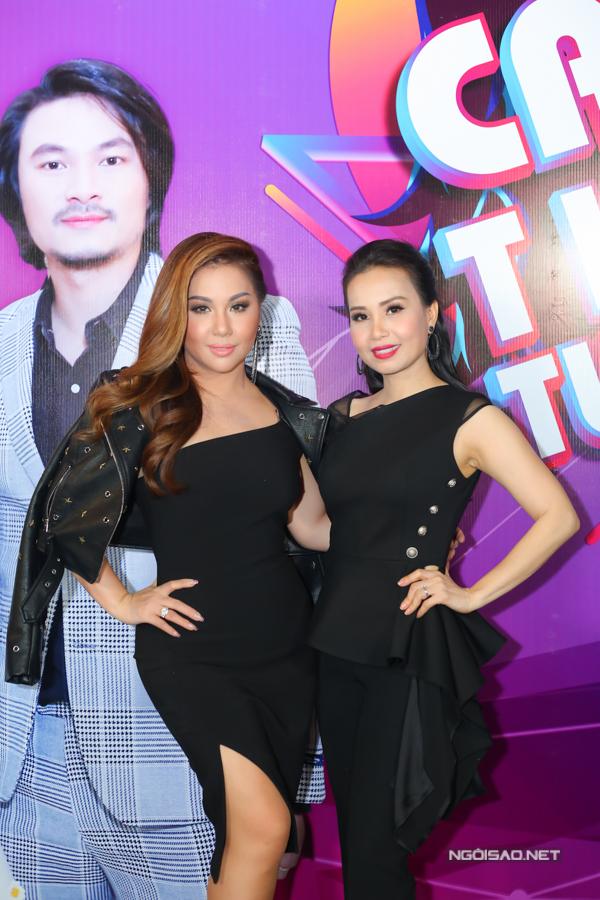 Hai chị em Minh Tuyết - Cẩm Ly cùng nhau ngồi ghế nóng, khiến Trấn Thành đùa vui rằng chương trình nàymang tính gia đình vui vẻ.