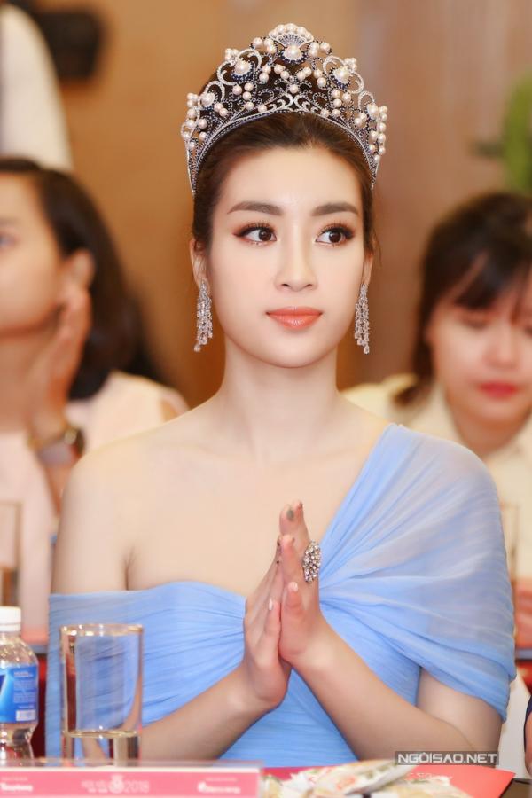 Mỹ Linh đeo vương miện khi bước vào họp báo. Năm nay, cô vinh dự trở thành Hoa hậu đương nhiệm đầu tiên trở thành ban giám khảo cuộc thi, tạo nên nhiều tranh cãi trái chiều. Chia sẻ tại họp báo,