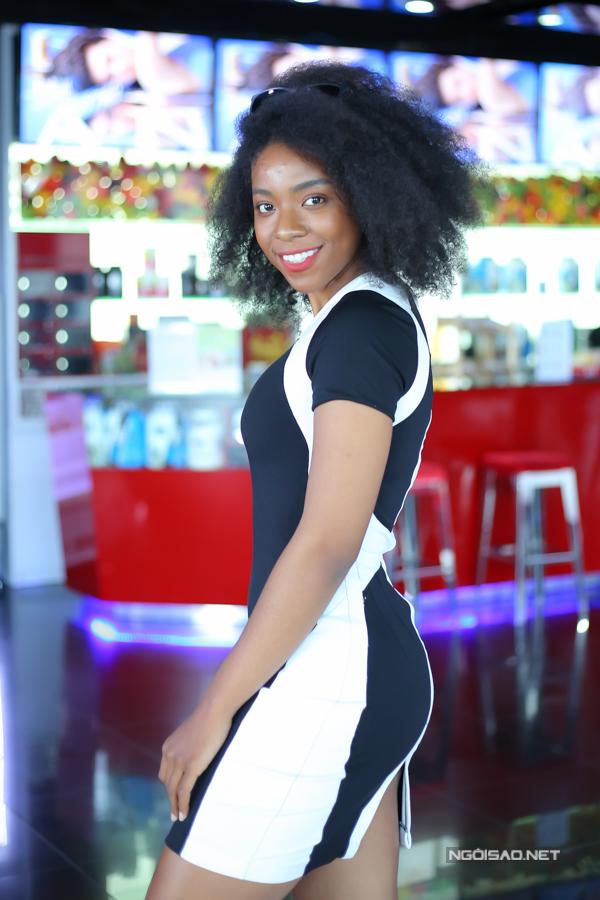 Người đẹp lai Cameroon Huỳnh Tiên khoe đường cong khi diện váy bó đi sự kiện. Cô ủng hộ chiến dịch My club - My addiction khuyến khích mọi người luyện tập thể dục, thể thao để nâng cao chất lượng cuộc sống đồng thời gây quỹ giúp đỡ các bệnh nhân bị ung thư.