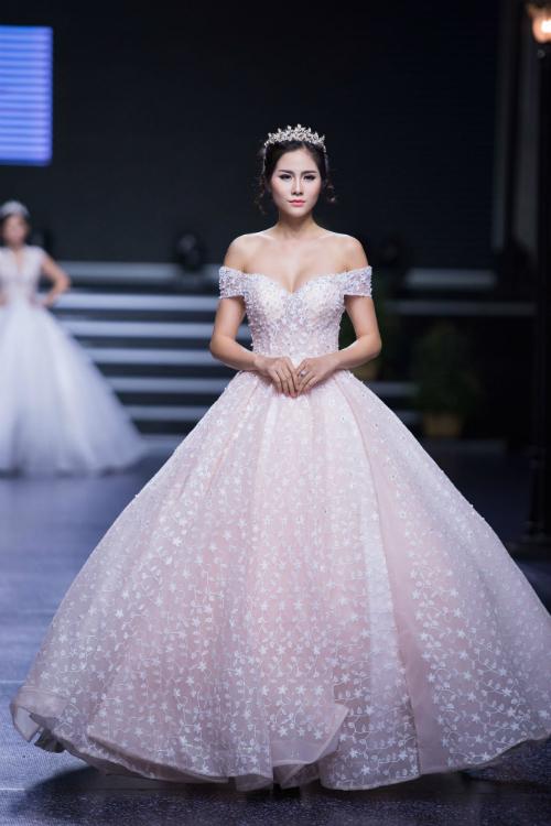 Tiếp tục là một mẫu váy không phảimàu trắng. Nàng dâu sẽ thêm phần lộng lẫy, yêu kiều trong chiếc váy bằng vải voan hồng pastel bồng bềnh.