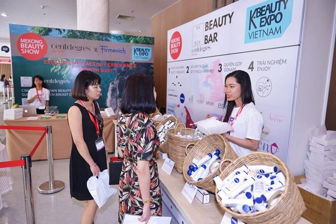Năm nay, ban tổ chức tiếp tục phối hợp với Mabelle Box - dịch vụ chiếc hộp làm đẹp và tổ chức trải nghiệm sản phẩm trực tiếp cùng chuyên gia.