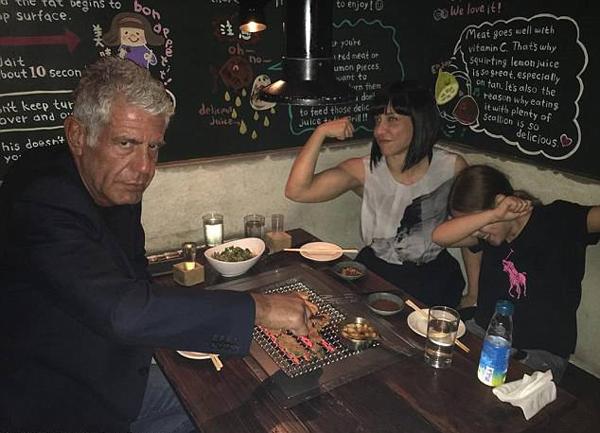 Bourdain, Busia và con gáiAriane dùng bữa tối sau khi vừa ly dị năm 2016. Ảnh: Instagram.