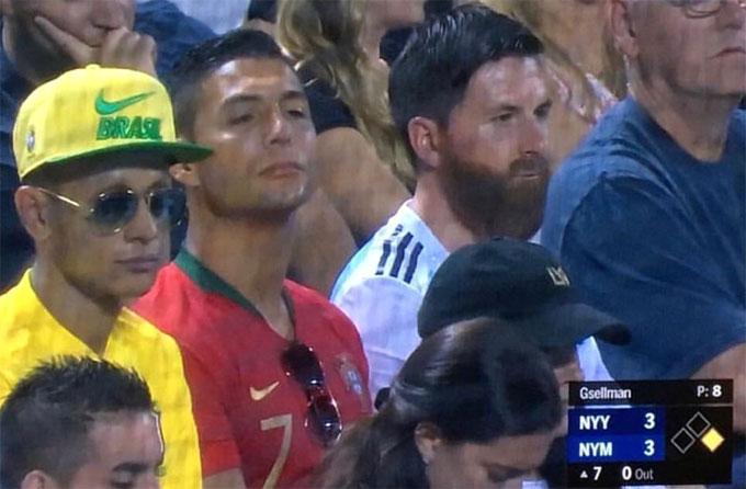 Ba CĐV hóa trang ngồi ở khán đài MLS. Ảnh: Twitter.