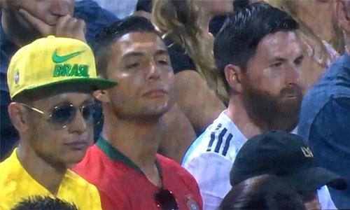 C. Ronaldo, Messi, Neymar 'hàng nhái' ngồi cạnh nhau trên khán đài