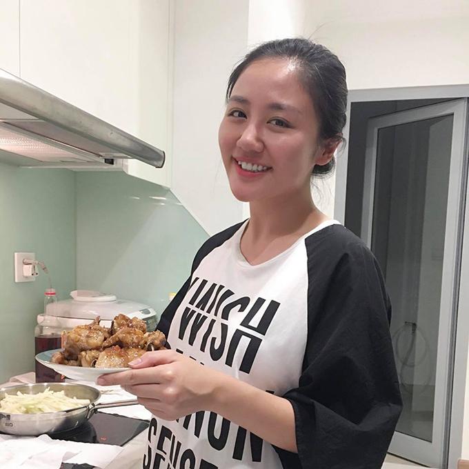 Nhân ngày mát giời, Văn Mai Hương vào bếp trổ tài nấu nướng. Văn Mai Hương được xem là một trong những sao Việt có khả năng nấu ăn ngon.
