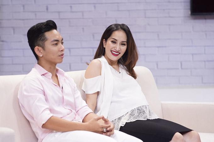 Khánh Thi vốn là cô giáo dạy dance sport của Phan Hiển và cả hai chênh lệch nhau 12 tuổi. Khi mới nảy sinh tình yêu, cặp đôi vấp phải sự phản đối của gia đình nên đã chia tay.