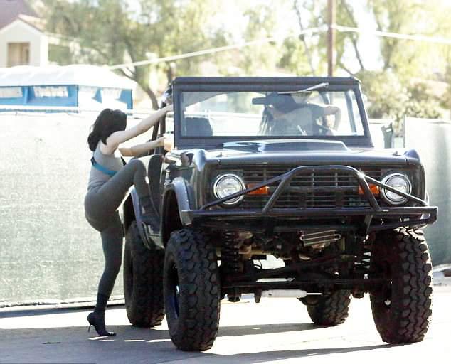 Kim lái xe jeep chở em gái dạo phố.