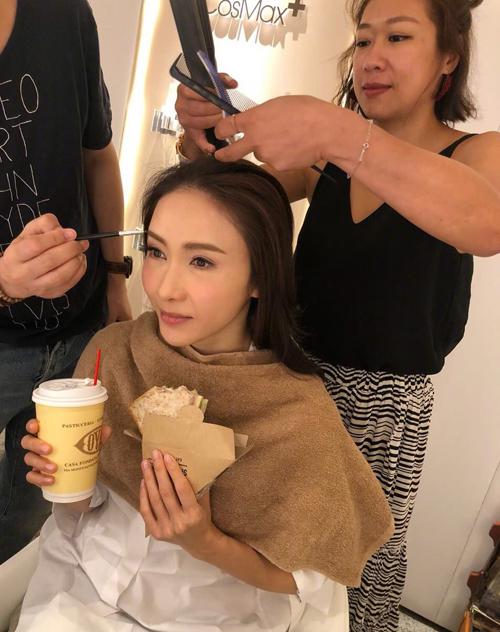 Hình ảnh Lê Tư trong phòng hóa trang, chuẩn bị trước khi sự kiện diễn ra được chia sẻ trên Weibo. Không ít người khen ngợi mỹ nhân Hong Kong trẻ trung quên tuổi.