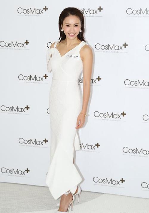 Ngày 11/6, Lê Tư khai trương cửa hàng thứ ba trong chuỗi dược mỹ phẩm của cô tại Hong Kong.Người đẹp Thâm cung nội chiến khoe nhan sắc tuổi 46 trong một thiết kế điệu đà, sang trọng, gương mặt