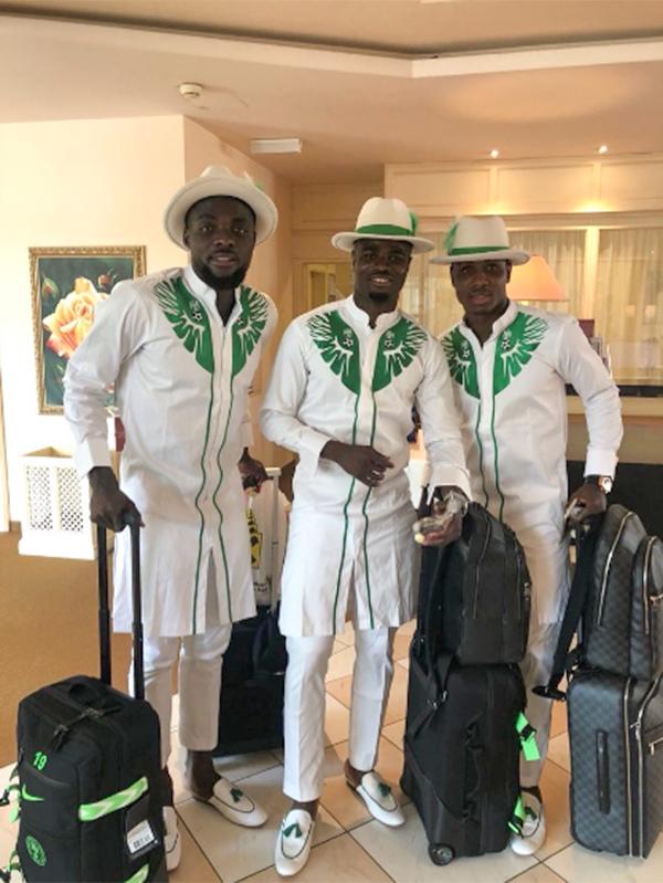 Đây là mẫu trang phục truyền thống của nam giới Nigeria, được stylishkết hợp với mũ phớt và giày thời trang ton-sur-ton.