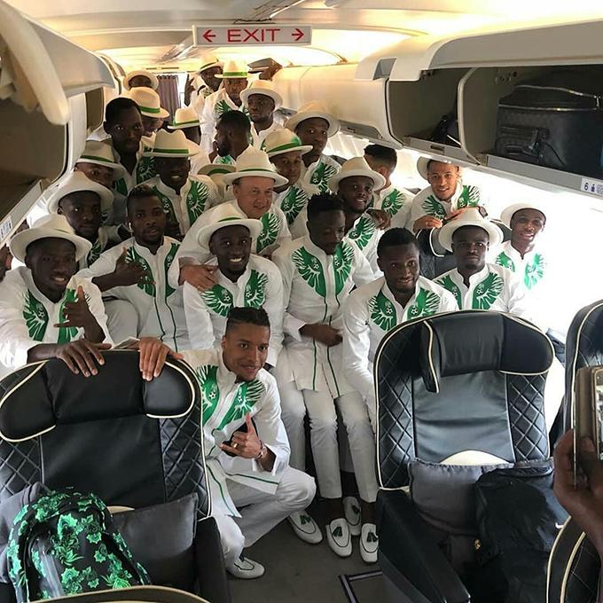 Hôm 11/6, tuyển Nigeria xuất quân sang Nga dự World Cup 2018. Các thành viên của đội tuyển Những chú đại bàng xanh gây chú ý với bộ trang phục di chuyển độc đáo màu trắng họa tiết xanh.