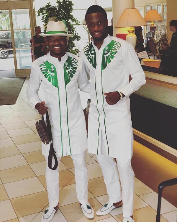Đội trưởng John Obi Mikel chụp cùng đồng độiOgenyi Onazi. Bộ trang phục khiến mọi thành viên của tuyển Nigeria đều hài lòng và thích thú.