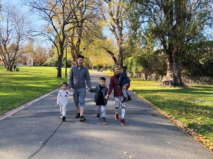 Vợ chồng Ốc Thanh Vân xoay sở canh chừng 3 con khi du lịch Australia