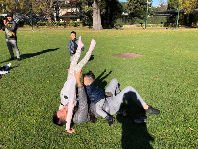 Vợ chồng Ốc Thanh Vân xoay sở canh chừng 3 con khi du lịch Australia - 9