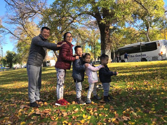 Vợ chồng Ốc Thanh Vân xoay sở canh chừng 3 con khi du lịch Australia - 4