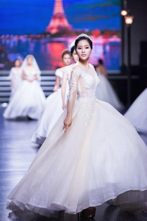 Chiếc váy mang thiết kế nhẹ nhàng vớiđiểm nhấn là phần họa tiết thêu nổi trên phần ngực, eo và tay áo. Cô dâu thêm nổi bật giữa đám đông với vẻ đẹp kiêu sa, thu hút mọi ánh nhìn.