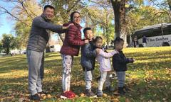 Vợ chồng Ốc Thanh Vân phối hợp 'canh' 3 con khi du lịch Australia