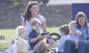 Kate bị chê trách vì để Hoàng tử George nghịch súng đồ chơi