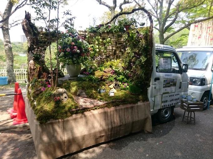 Bên cạnh cây xanh, nhiều món đồ trang trí cũng được sử dụng để làm đẹp khu vườn.
