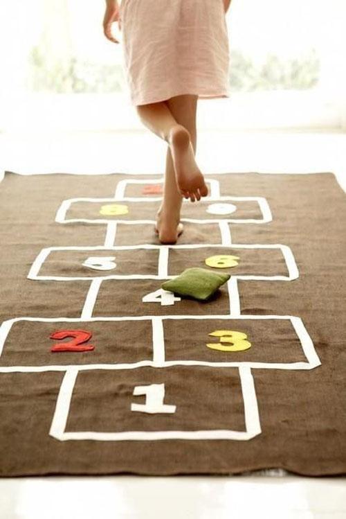 Hoặc bạn có thể để trẻtham giatrò chơi vận động như nhảy lò cò đểgiúp trẻ tương tác với bạn bè.