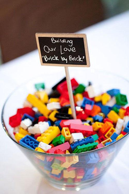 Con xây tòa tháp tình yêu cho cô chú vớibộ Lego này nhé!. Chắc hẳn các em bé không nỡ từ chối lời nhờ vảnàytừ vợ chồng bạn.