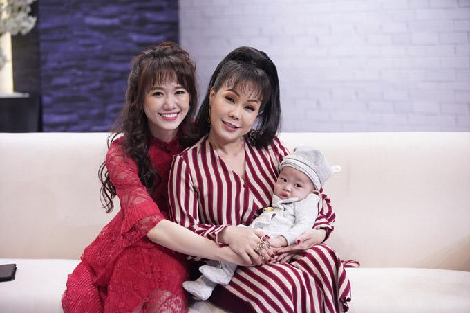 Con trai nhỏ của Xuân Thảo - Đình Lộc xuất hiện trên trường quay và được Việt Hương, Hari cưng nựng.