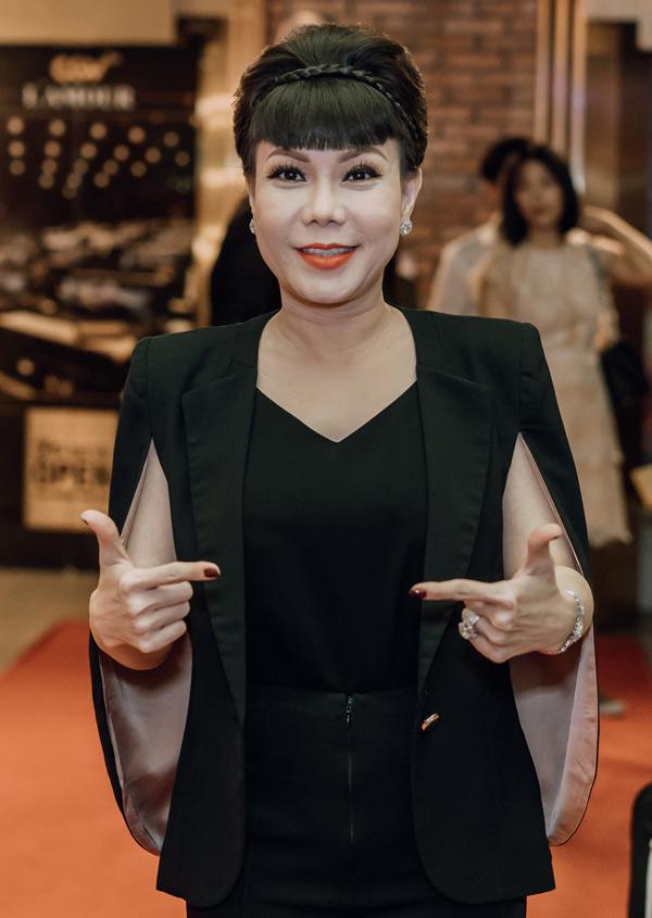 Việt Hương bận bịu nhưng vẫn tranh thủ dự buổi ra mắt phim hài Sài Gòn, anh yêu kem. Cô hợp tác cùng quán quân Cười xuyên Việt 2017 Hồng Thanh trong dự án này.