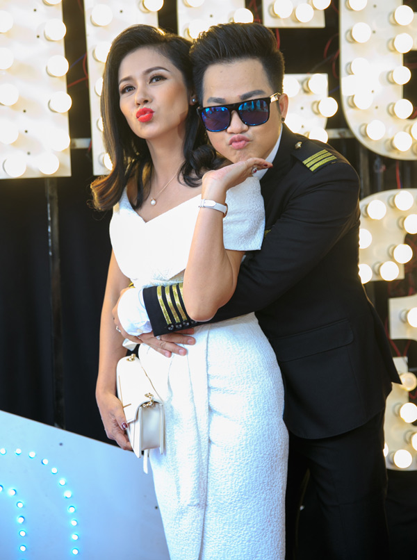 Chiều 12/6 Quách Tuấn Du tổ chức buổi ra mắt MV tiền tỷ Mr Bolero dance 3 tại TP HCM. Việt Trinh tới chúc mừng anh. Nam ca sĩ và đàn chị thân thiết nhiều năm nay.