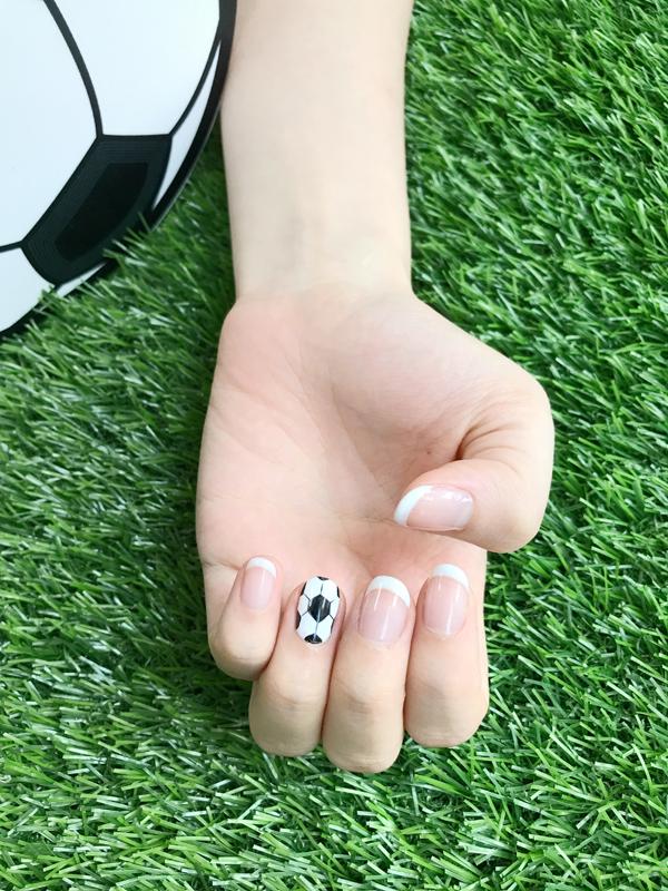 Nếu ưa chuộng phong cách đơn giản, bạn có thể sơn móng trong với một ngón sử dụng họa tiết trái bóng tròn làm điểm nhấn.