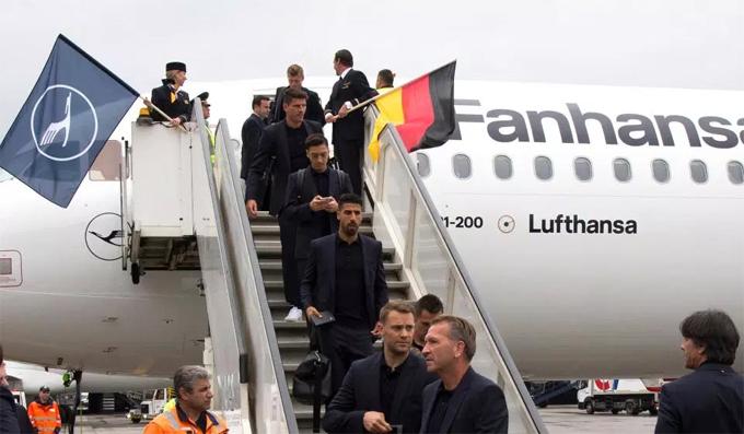 Ozil lạnh lùng, cắm mặt vào điện thoại khi đội tuyển Đức đến Nga - 1