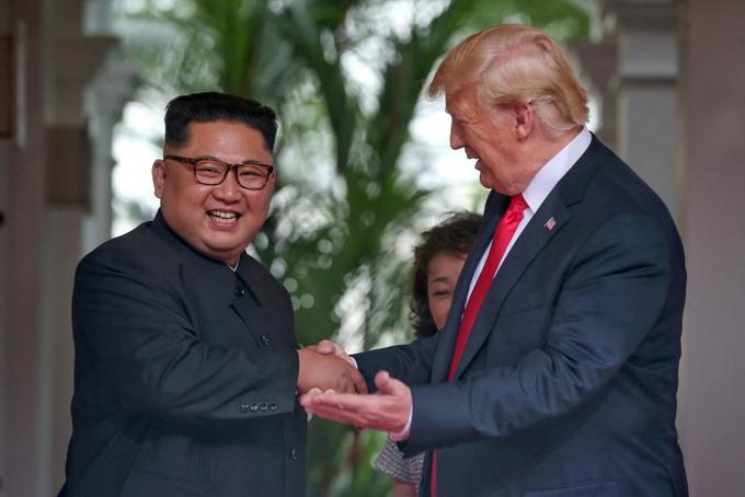 Ông Kim Jong-un bắt tay với Tổng thống Mỹ Donald Trump trước khi bước vào cuộc họp thượng đỉnh hôm 12/6. Ảnh: Reuters.